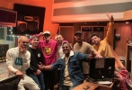 9月21日,贾斯汀·比伯的好友在社交账号上晒出一组在录音室的大合影,并配文表示新专辑非常棒。照片中,比伯穿着白色T恤和朋友做出搞怪的表情,看起来有些沙雕。另一组照片,比伯身穿亮粉色帽衫卫衣搭黑色长裤,头顶棒球帽,一手拖着下巴摆出酷酷的姿势,被一众好友簇拥在中间。