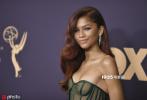 当地时间9月22日,第71届美国电视艾美奖颁奖礼在洛杉矶举行。赞达亚身穿祖母绿色透视摸胸礼裙亮相红毯,透视摸胸加高开叉设计,搭配赞达亚一头红色卷发,性感妖娆。