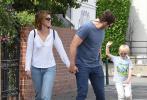 """当地时间9月22日,美国布赖特伍德,""""星爵""""克里斯·帕拉特与妻子凯瑟琳·施瓦辛格带着儿子现身街头。当天,帕帕一身蓝色休闲装,衣服下透出肌肉线条,男人味十足。新婚不久的帕帕和妻子凯瑟琳很是腻歪甜煞众人。"""