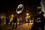 """""""I am Batman!""""为庆祝蝙蝠侠诞生80周年,DC在纽约、伦敦、东京、罗马、柏林、圣保罗、蒙特利尔、约翰内斯堡、巴塞罗那等城市亮起了《蝙蝠侠》经典标识——蝙蝠侠信号灯。"""