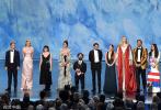 当地时间9月22日晚,第71届艾美奖颁奖礼在洛杉矶举行,已经大结局的《权力的游戏》剧组亮相,迎来主演们的重聚,获全场起立鼓掌欢呼!获得本届艾美奖提名的主演艾米莉亚·克拉克、基特·哈灵顿、彼特·丁拉基、麦茜·威廉姆斯、苏菲·特纳等卡司登台,并依次发言。