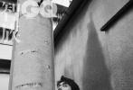 """9月24日,李现登封《智族GQ》秋冬刊封面大片发布。帅气有型的""""现""""男友演绎的黑白大片,尽显迷人的男性魅力。无论是棚拍还是外景拍摄李现的表现力十足,身穿毛毡外套、风衣与针织衫,秋冬气息浓烈。"""