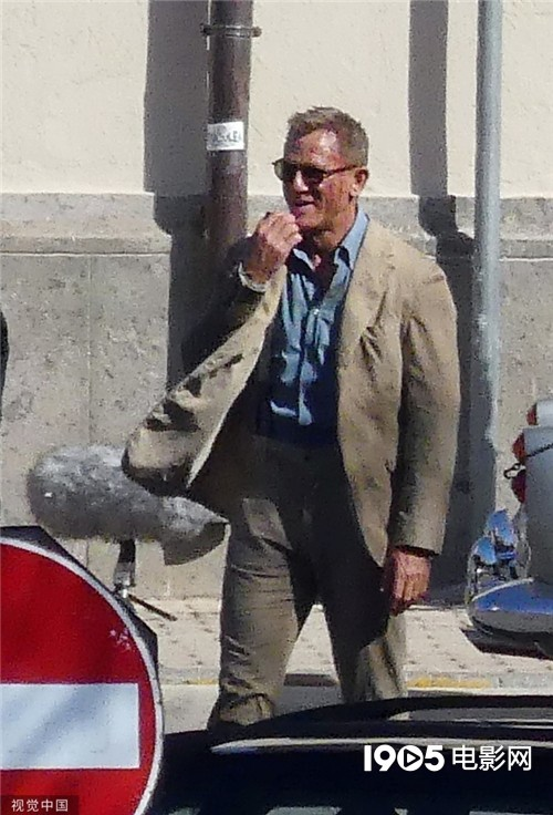《007:间不容死》新照 克雷格额头冒血翻越铁轨