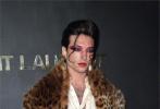 """当地时间9月24日,巴黎时装周Saint Laurent 2020年春夏女装品牌大秀上,受邀出席的""""鹅仔""""埃兹拉·米勒又带来了一套惊艳的造型。"""