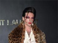 他来了!埃兹拉·米勒豹纹热裤 slay巴黎时装周