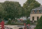 Angelababy应邀出席巴黎时装周某品牌晚宴,一袭摩洛哥风情的马约尔蓝串珠长裙款款现身,微卷的披肩长发在风中飞舞,每一根发丝都写满了浪漫,在满满法式风情的花园中呈现出别样的美丽。
