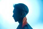 9月26日,张艺兴登封《VMAN》电子刊大片释出。顶着一头银发的张制作造型酷帅有型,半穿黑色皮夹克大秀腹肌摩登范儿足。