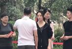 9月26日,有网友晒出蒋勤勤现身新剧的开机仪式的路透照。照片中,蒋勤勤一身黑色休闲运动装,随意的扎着马尾。皮肤紧致,略施粉黛,状态非常好。