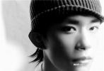 近日,易烊千玺登上《时尚COSMO》11月刊封面,内页解锁了不同风格造型,或湿发背头,或头戴毛线帽,身穿廓形西装外套搭配随性的衬衫,变身成为不羁的雅痞少年。