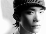 易烊千玺登时尚杂志11月封面 变身雅痞潮酷少年