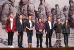 """10月11日晚,正在热映的《攀登者》在北京大学百周年纪念讲堂,举办了""""攀登者·正年轻""""放映专场。片中三位主创吴京、张译、胡歌到场,并与现场北大学子积极互动,分享电影拍摄台前幕后的故事。"""