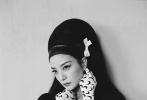 10月14日,赵薇登封《嘉人》十一月刊封面大片释出。赵薇的复古蜂窝头造型致敬经典,时髦摩登气势非凡;刺绣衬衫搭配西装裤优雅洒脱。