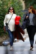 安妮·海瑟薇挺孕肚与闺蜜逛街 健步如飞开怀大笑