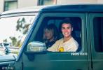 当地时间2019年10月14日,美国比佛利山庄,贾斯汀·比伯驾车载爱妻海莉·比伯外出共进午餐。当天,小夫妻二人都素颜出街,相较海莉光滑白皙的皮肤,比伯蓄着胡茬儿,脸上多处爆痘,皮肤状态很差。