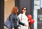 当地时间10月15日,好莱坞影星安妮·海瑟薇挺着孕肚与闺蜜在纽约散步。照片中,安妮身穿白色宽松毛衣搭配牛仔裤,脚踩小白鞋。充满童心的安妮·海瑟薇怀抱着两个红色的气球,在街道上健步如飞,状态极佳,谈笑风生不时开怀大笑。