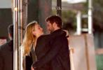 """当地时间10月11日,美国纽约,""""锤弟""""利亚姆·海姆斯沃斯与新女友麦迪森·布朗现身街头。两人都身穿一身黑衣出街,毫不避讳的在街头上演了一出亲亲抱抱举高高的甜蜜画面,麦迪森望向""""锤弟""""的眼神也是充满了爱意。"""