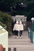 吴亦凡Baby东京游乐园录综艺 穿同款可爱兔兔斗篷