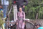 近日,赵丽颖拍摄电视剧《有翡》又曝出一组新路透。照片中,当日下着小雨,赵丽颖穿着戏服外套厚厚的长款黑色羽绒服,和助理前往片场,开始认真拍戏。