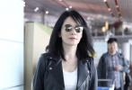 近日,演员俞飞鸿现身机场,她身穿一条黑色碎花长裙搭配一件黑色皮质大衣,又酷又甜,气质非常迷人。