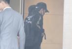 10月16日是赵丽颖32岁的生日,老公冯绍峰昨日(10月16日)发文送上了生日祝福。当日下午,夫妇俩一同现身机场,冯绍峰一身黑色休闲服,头顶棒球帽口罩遮面,走下豪车。