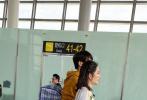 """今日(10月18日),《妻子的浪漫旅行》第三季曝光了一组路透照。依旧担任""""领队""""的谢娜身穿拼接花裙活力满满似少女。谢娜的""""徒弟""""魏大勋,穿着土黄色帽衫,背着编织袋站在谢娜身边十分吸睛。"""