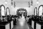 """近日,贾斯汀·比伯和海莉·比伯婚礼现场的照片又大量释出。婚礼礼堂现场布满献花,在宾客的注视下二人手牵手说出爱的誓言;海莉的礼裙头纱上还写着""""至死不渝"""",浪漫至极!"""