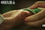 """由陈可辛执导的电影《中国女排》将于2020年大年初一上映,影片于10月24日发布""""上场""""版预告,由巩俐饰演的中国女排第一人郎平正式亮相,这也是《中国女排》首次发布预告片。预告片浓缩了郎平职业生涯中的两次""""高光时刻"""",从金牌运动员到金牌教练,串联起一条振奋几代国民的冠军之路。尽管只有短短的56秒,巩俐对于郎平""""复制级""""的还原现配上""""我18岁把你招进国家队,对你训练这么苦,所有的一切,都是为了今天。""""这样充满命运感的旁白,有力地打出了这部电影独特的质感和格局。"""