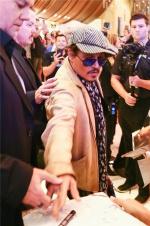 又双叒叕!约翰尼·德普为粉丝签字再被保安拦住