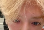 """10月27日,鹿晗在社交账号上晒出3张自拍,并配文称:""""回到大都市啦 哈哈""""。怼脸自拍中,鹿晗有点微醺的状态,皮肤白里透红,细嫩光滑,连毛孔都看不见。相较之前拍戏时的""""邋遢""""长发,鹿晗剪短了头发并染了醒目的金色,轻睨镜头的双眸,清澈明亮。"""