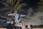 贝克汉姆首次带四个孩子看自己雕像:非常自豪!