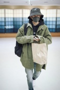 王源现身东京将录制新节目 渔夫帽厚外套包裹严实