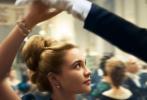 """由美国哥伦比亚影片公司出品,格蕾塔·葛韦格改编并执导的电影《小妇人》(暂译)今日曝光国际版海报及一组角色海报。西尔莎·罗南、艾玛·沃特森、伊莱扎·斯坎伦、佛罗伦斯·珀饰演的四姐妹身着朴素的复古装扮挽手前行,构成了一道亮丽的风景线。单人海报中,""""甜茶"""" 蒂莫西·柴勒梅德、""""梅姨""""梅丽尔·斯特里普、多次获得金球奖和艾美奖的劳拉·邓恩也齐齐亮相,引人期待。电影《小妇人》(暂译)改编自同名经典名著,影片定于12月25日圣诞节登陆北美院线。"""