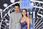 """10月30日,美国纽约,杨紫琼与""""龙母""""艾米莉亚·克拉克出席新片《去年圣诞》首映活动,开心合影现场气氛热烈。"""