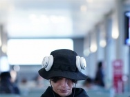 会玩!陈坤机场逛玩偶店 耳机挂帽子上显反差萌