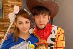 10月31日,刘畊宏晒出与周杰伦、昆凌夫妇合体过万圣节的照片。照片中,两人分别COS成《玩具总动员》中的西部牛仔胡迪和牧羊女,俊男靓女造型十分养眼。