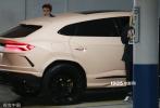 当地时间11月1日,加利福尼,贾斯汀·比伯和妻子海莉·比伯开车前往医院。