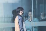 11月4日,刚刚举行完自己首场个人演唱会的王俊凯现身机场。当天,王俊凯身穿一身黑白综配色的运动装现身机场,不变的是口罩遮面和柔顺的妹妹头发型。