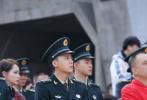 11月3日,由李易峰主演的电视剧《号手就位》举行发布会,李易峰以一身火箭军军装亮相,现场导弹发射车真实布景DF18C超燃亮相。清爽的寸头、帅气的脸庞、军装的威严,令正襟危坐的李易峰看起来十分有军人的样子。