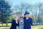 近日,麦莉·赛勒斯的弟弟布雷森·赛勒斯于纳什维尔举行怀旧式婚礼,麦莉也通过社交账号晒出了婚礼当天的照片。麦莉的男友科迪也到场,三人在草坪上亲密搂肩合照。