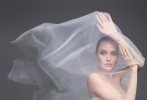 近日,安吉丽娜·朱莉登封美版《时尚芭莎》跨年刊封面大片发布。薄纱、渔网、泳衣,朱莉风格百变;性感红唇,精致眼线,白皙光滑的肌肤,无一例外都围绕着性感的主题。