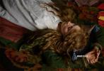 由美国哥伦比亚影片公司出品,格蕾塔·葛韦格改编并执导的电影《小妇人》(暂译)今日首度曝光了一支电影原片片段。西尔莎·罗南、蒂莫西·柴勒梅德牵手热舞,欢乐甜蜜的氛围溢出屏幕。恍如油画质感的画面更体现了影片古典感十足的精致画风,引发期待。电影《小妇人》(暂译)改编自风靡全球的同名小说,将于12月25日圣诞节北美温暖上映。