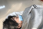 11月7日,有消息称,徐冬冬在做粉瘤手术时出现意外,紧急转院做急救治疗。从曝光的照片来看,徐冬冬口罩遮面,被厚厚的被子包裹,仍昏迷不醒。