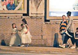 张丹峰洪欣带女儿一同逛街 恩爱对视力破婚变传闻