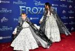 11月7日,美国好莱坞,备受关注和期待的迪士尼动画电影《冰雪奇缘2》举行首映礼。当晚,赛琳娜·戈麦斯与同母异父的妹妹Gracie Teefey亮相红毯。