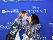 《冰雪2》赛琳娜和同母异父妹妹亮相 亲亲超温馨