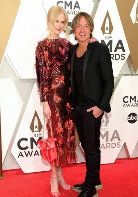 妮可·基德曼亮片长裙光彩耀人 身高远超丈夫