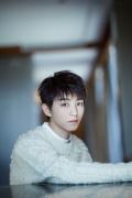王俊凯清爽发型现身品牌活动 纯白毛衣温润如玉