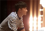 """日前,黄轩获官宣出任第十四届华语青年电影周形象大使,在11月14日曝光的宣传片中,黄轩穿回了自己第一部电影作品《地下的天空》中的戏服,一人分饰两角,以导演和演员的身份彼此""""对话""""。"""