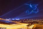 11月17日晚,为迎接第28届中国金鸡百花电影节,厦门会展中心沙滩上空,1200架无人机腾空而起,以黑夜为背景,上演灯光大秀,变幻出金鸡百花、中华白海豚和白鹭钢琴等独特造型,将厦门的夜空装扮得流光溢彩。