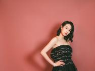 宋茜黑色燕尾裙亮相时尚活动 明艳动人魅力十足